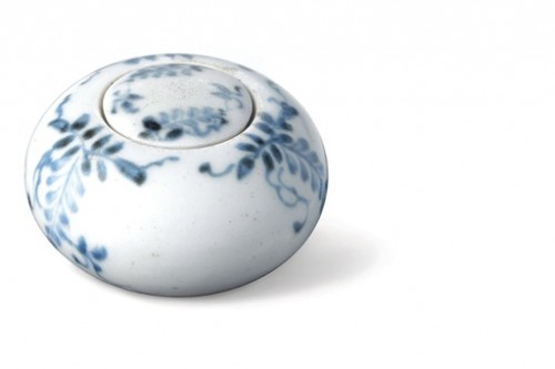Fig. 4 - Rouge container in white and blue porcelain, Choson period (A.D. 1392-1910) © Coreana Cosmetics Museum